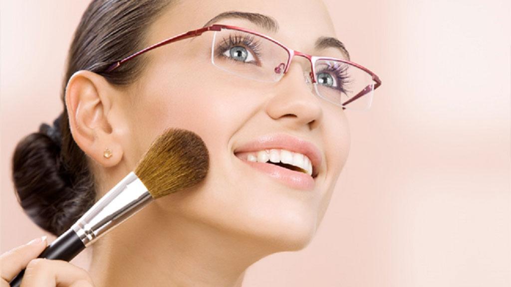 12a16c0b259ab Como usar Maquiagem para quem usa óculos de grau - Óticas MaxPole